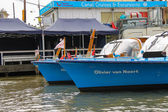 Ausflug-Schiffe sind in der Nähe der Anlegestelle am Ufer im Amsterdam — Stockfoto