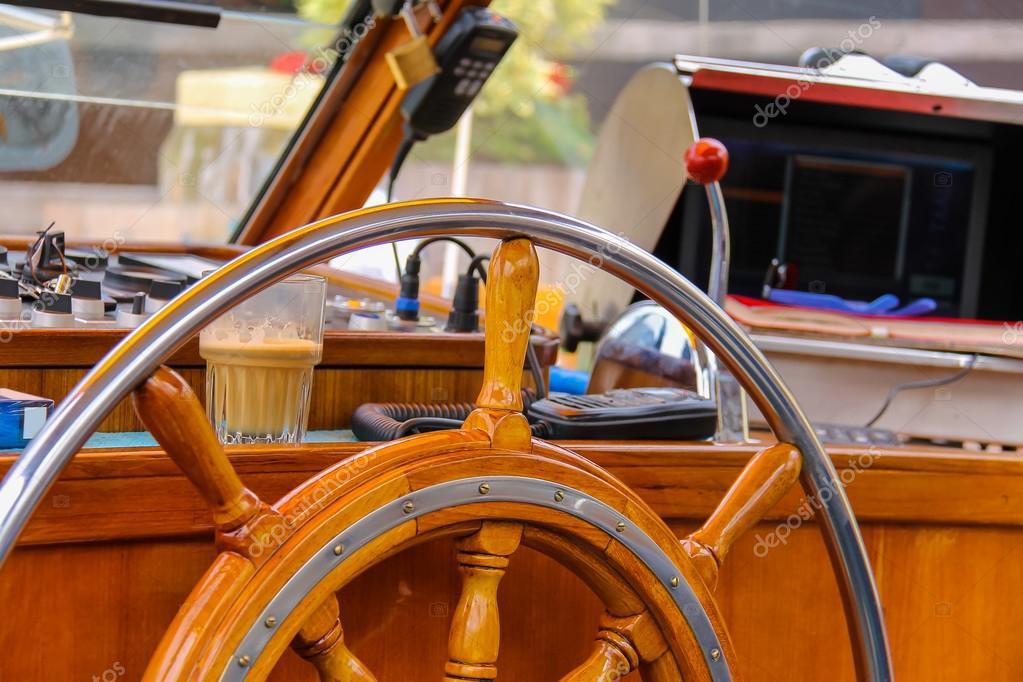 Timone della nave nella cabina del capitano della barca di for Prezzo plurwheel della cabina di rimowa