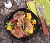 ラムチョップと野菜 — ストック写真