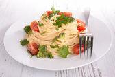 Spaghetti with broccoli and tomato — Stockfoto