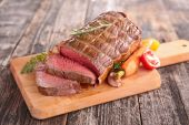 Roast beef on cutting board — Stock Photo