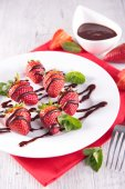 Tasty strawberries and chocolate — Stock fotografie