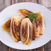 Gebratener Chicorée auf Teller — Stockfoto