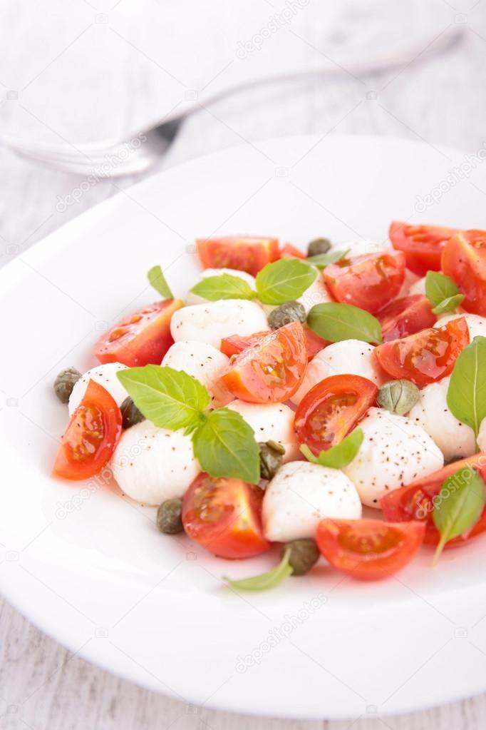 Как называется салат с помидорами и моцареллой и