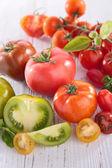 Tomates enteras y en rodajas — Foto de Stock