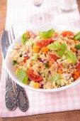 Quinoa salata domates ile — Stok fotoğraf