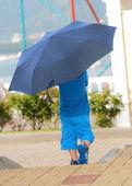 Lekfull liten pojke bakom paraply — Stockfoto
