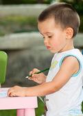 Toddler boy draws a pencil — Stock Photo
