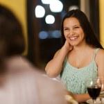 joven mujer riendo con los amigos — Foto de Stock   #60795383