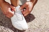 Man knyta sina skor — Stockfoto