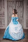 Piękna kobieta w niebieski strój średniowieczny — Zdjęcie stockowe