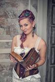 古い本を持つ美しいスチーム パンクな女性 — ストック写真