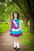 アイリッシュ ダンス ドレス屋外ポーズで美しい少女 — ストック写真