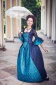 красавица в средневековом платье с зонтиком — Стоковое фото