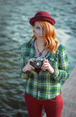 Hipster redhead girl in hat with retro camera — Foto Stock