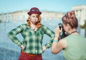 Two beautiful hipster girls taking pictures on film camera outdo — ストック写真