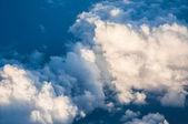 Mavi Gökyüzü bulutlu gün batımında — Stok fotoğraf