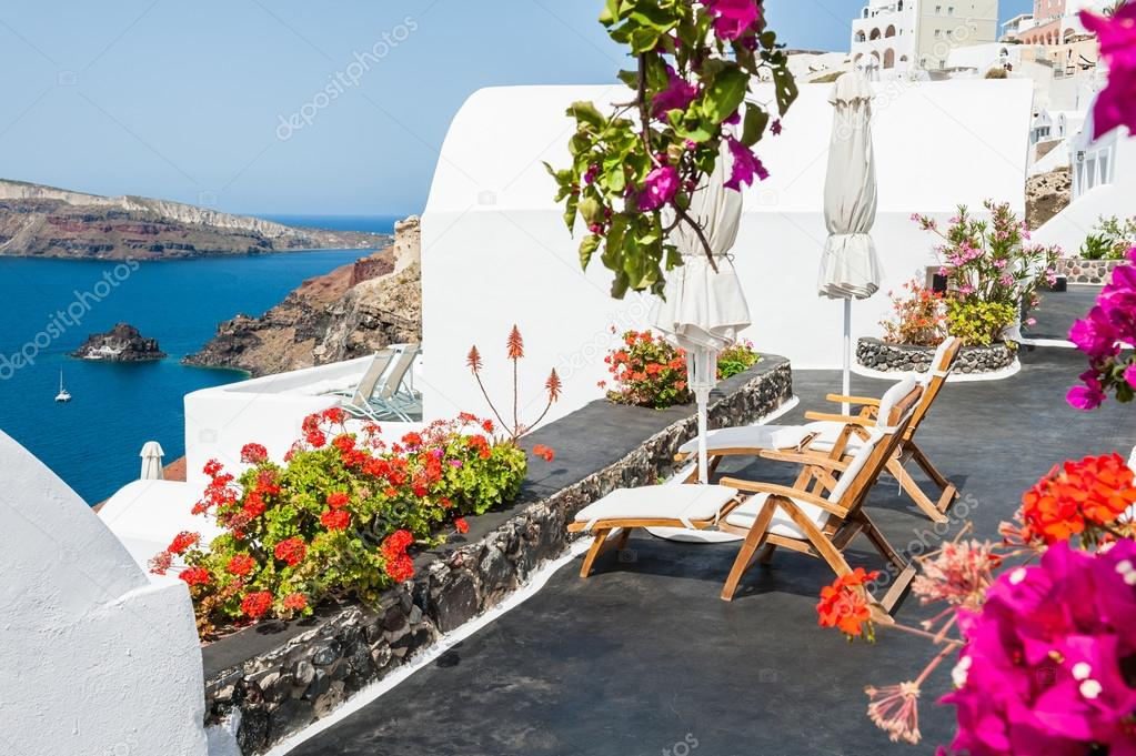sch ne terrasse mit blick auf das meer blumen stockfoto. Black Bedroom Furniture Sets. Home Design Ideas