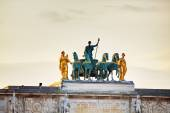 Sculpture of the chariot on top of the Arc de Triomphe du Carrou — Stock Photo