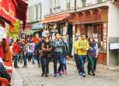 Crowded street on the Montmartre hill in Paris — Stock Photo