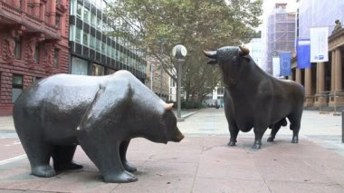 Bear and Bull sculpture in Frankfurt, Germany — Stock Video