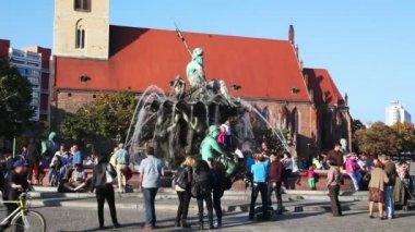 People near the Neptune Fountain in Berlin — Stock Video