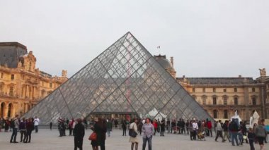The Louvre Pyramid in Paris — Stock Video
