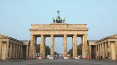 Brandenburg gate at sunrise in Berlin — Stock Video