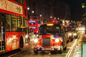 Famous taxi cab on a street in London — Stock Photo