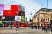Cruce de Piccadilly Circus concurrida por la gente en Londres — Foto de Stock