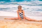 在海滩上的漂亮小女孩 excercising — 图库照片