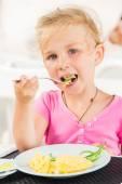 Cute girl eating lunch in cafe — Foto de Stock