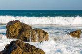 Mar, onda grande e espirra sobre as pedras — Fotografia Stock