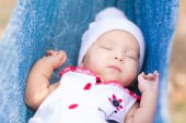 Cute little baby sleeping in the park — Foto de Stock