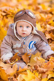 Cute baby in autumn leasves. — Foto Stock