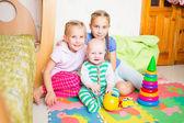 Šťastné děti hrát s malého bratra — Stock fotografie