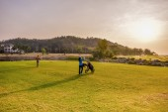 Golfspeler en zijn caddy — Stockfoto