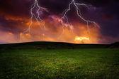 Tormenta con relámpagos en el prado verde — Foto de Stock