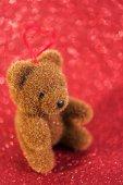 милый медведь. рождественское украшение на красном ярком праздничном фоне — Стоковое фото