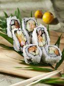 Sushi rolt op een houten bord — Stockfoto
