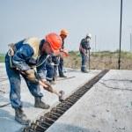 Workers mount span of bridge — Stock Photo #52094597