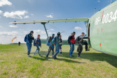 Group of paratroopers gets into AH-2 plane — Stock Photo
