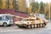 Serbatoio t-90s in movimento. russia — Foto Stock