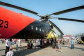 Lidé prohlédnout vrtulník mi - 10k — Stock fotografie