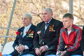 Senior veterans of World War II and boy on tribune — Stock Photo