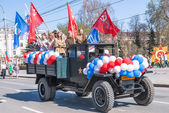 Truck with girls in uniform of times WW2 on parade — Stock Photo