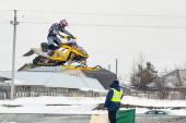 Jump of sportsman on snowmobile — 图库照片