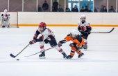 Jogo entre equipas de hóquei no gelo de crianças — Fotografia Stock