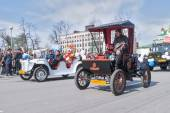 Old-fashioned cars participate in parade — Stock Photo