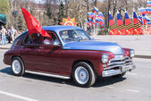 Old-fashioned car participates in parade — Stock Photo